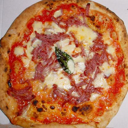 Pizza margherita con salame piccante